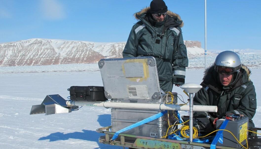 Dette bildet er tatt under testing av en prototyp av Rimfax på Svalbard. Svein-Erik Hamran (t.v.) og Mats Jørgen Øyan.  (Foto: FFI)