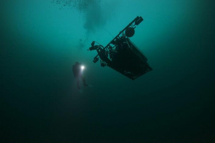 Forskere dobbeltsjekker en Remotely Operated Vehicle (ROV) i farvannet utenfor Frøya før den blir sendt ut i den arktiske polarnatten. (Foto: Geir Johnsen, NTNU, UNIS)