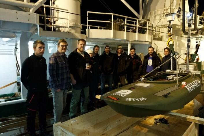 Denne «jetjakken» er egentlig en kajakk fylt med instrumenter og en vannjet for fremdrift. Forskerne kunne sende «jetjakken» ut i mørket, bort fra skipet, for å studere effekten av måneskinn eller nordlys på planktonets atferd. (Foto: Geir Johnsen, NTNU, UNIS)