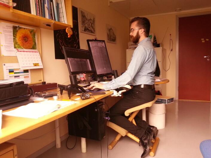 Arbeidsplassen min på kontoret på RHD, med databasen på venstre hånd og et stort bilde på høyre hånd. (Foto: Tor-Ivar Krogsæter)