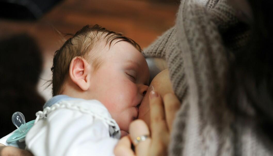 Forskere ved Folkehelseinstituttet fant kvikksølv og kadmium i morsmelken til alle de 300 norske mødrene som deltok i en morsmelkstudie. (Foto: Frank May, NTB scanpix)