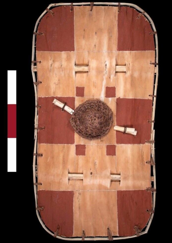 Forskerne har prøvd å lage skjoldet slik de tror det så ut for 2300 år siden. De fant spor av slike røde ruter på bark-skjoldet. (Foto: ULAS)