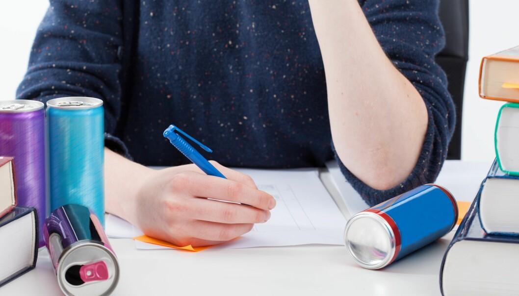 Forskerne fant en sammenheng mellom lav fysisk aktivitet, mye skjermbruk, og inntak av energidrikk. De fant også sammenheng mellom lav utdannelse og inntekt hos foreldrene og høyere inntak av energidrikke blant ungdommene. (Foto: Photographee.eu / Shutterstock / NTB scanpix)