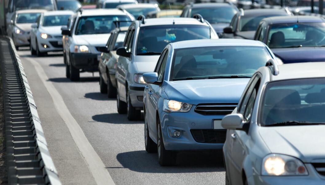 Eldre bilførere får gjennomsnittsfarten til å gå ned på norske veier. Ikke bare gjennom at de selv kjører saktere, men også gjennom at de sinker andre bilister. Forskerne bak denne studien fant at den fremste bilen i en kø ofte har en bilfører over 65 år.  (Illustrasjonsfoto: Gubin Yury / NTB/scanpix)