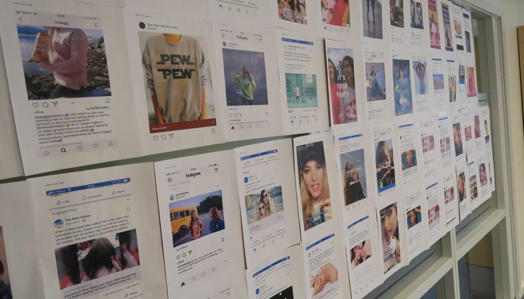 Forskere ved SIFO samlet noe av reklamen som ungdom mottar på sosiale medier, i en utstilling på OsloMet. (Foto: Kamilla Knutsen Steinnes / Helene Maria Fiane Teigen)