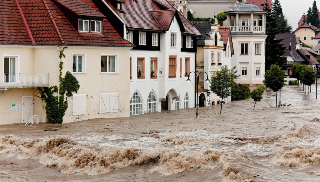 Med klimaendringer kan vi oppleve mer av hetebølger, oversvømmelser og ekstremvær. Det kan gå ut over helsa, ifølge en ny rapport. Bildet viser flommen i Steyr i Østerrike i 2013. (Foto: Lisa S. / Shutterstock / NTB scanpix)