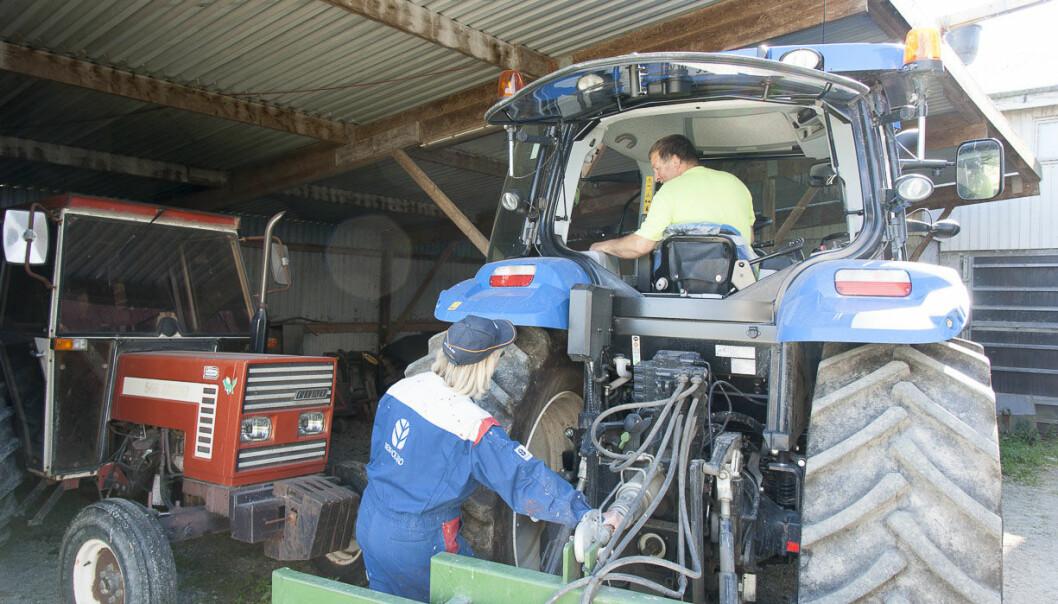En del ulykker er relatert til påkobling av redskaper til kraftuttaket, som på dette bildet er bak på traktoren med hydraulikkslanger tilkoblet.  (Foto: Odd Roger Langørgen)