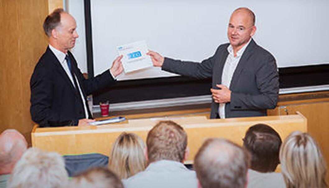 Senterleder Ludvig Sollid (t.v.) sammen med Sveinung Hole, representant fra K.G. Jebsen-stiftelsen, på åpningen av K.G.Jebsen senter for cøliakiforskning.  (Foto: Kristin Ellefsen, UiO)
