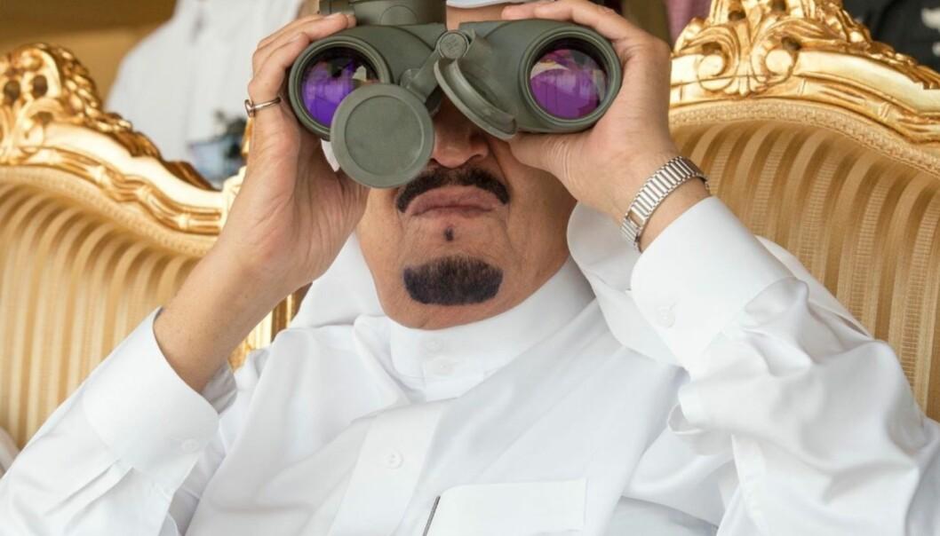 I denne episoden av Politikk og Røvere får vi høre at autoritære stater som blir rike på olje eller andre naturressurser ofte blir enda mer autoritære, mens det motsatte kan skje med åpne og demokratiske land som Norge. Her sitter Saudi Arabias konge Salman bin Abdulaziz og følger med på en militærøvelse. (Foto: Afp, NTB scanpix)