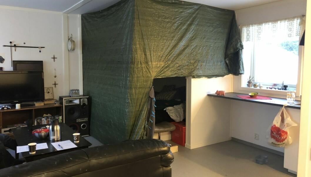 Her har beboeren laget et eget soverom ved hjelp av en presenning. En ettroms føles sjelden som et ekte hjem. (Foto: Sintef)