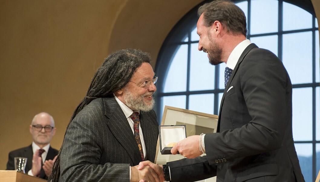 Professor Paul Gilroy mottar Holbergprisen 2019 av kronprins Haakon. (Foto: Marit Hommedal / NTB scanpix)