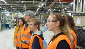 En delegasjon fra Rognan ungdomsskole under en befaring på Nexans i 2018. F.v. lærer Rita Johansen, Robin Wikberg, Adrian Håkonsen og Christina Staupåmo. (Foto: Privat/Lektor2)