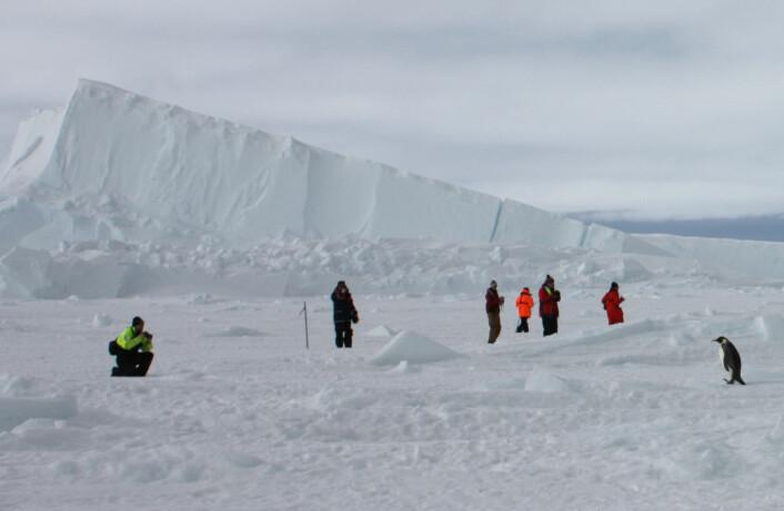 Forskerne satte opp måleinstrumenter på isen. (Foto: Elin Darelius)