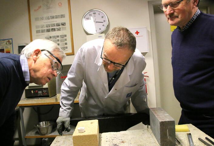 Otto Lohne, Pål Ulseth og Helge Karlgård studerer resultatet. (Foto: Idun Haugan, NTNU)