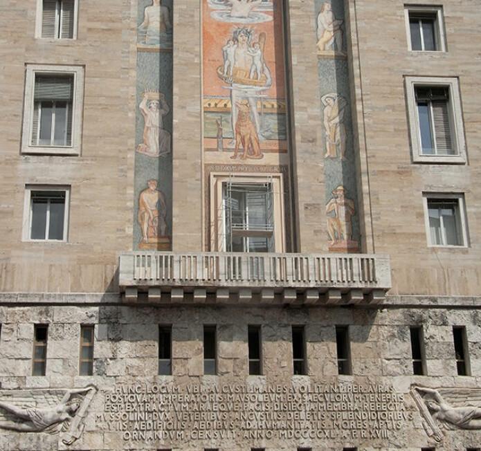 «Den evige stad» er full av latinske inskripsjonar. Denne, frå Piazza Augusto Imperatore («Keisar Augustus sin plass»), er frå Mussolini-perioden. (Foto: Alex1011 / Wikimedia commons CC BY-SA 3.0)