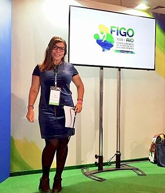 Iqbal Al-Zirqi er fødselslege ved Oslo universitetssykehus og forsker ved Nasjonal kompetansetjeneste for kvinnehelse. Her presenterer hun forskningsresultatene sine på den internasjonale FIGO-konferansen om fødselsmedisin og gynekologi i Rio, Brazil i oktober 2018. (Foto: privat).
