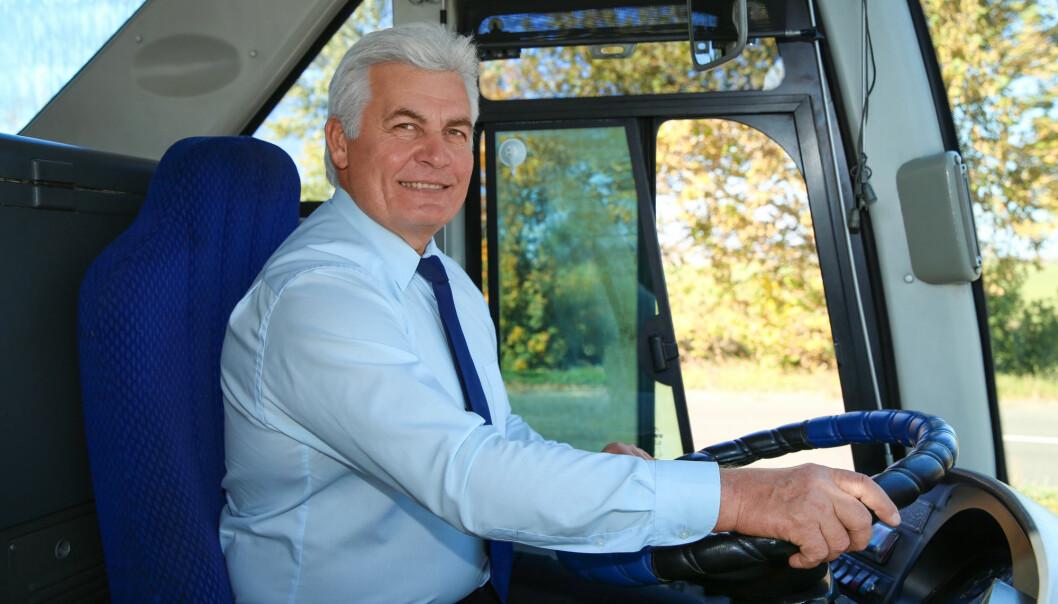 Mange busselskaper i Norge benytter seg av eldre sjåfører. Forskere ved Senter for seniorpolitikk har kartlagt bussbransjen. De fant at både ledere og bussjåfører mener at dette er et yrke som passer svært godt for godt voksne. (Foto: Shutterstock)