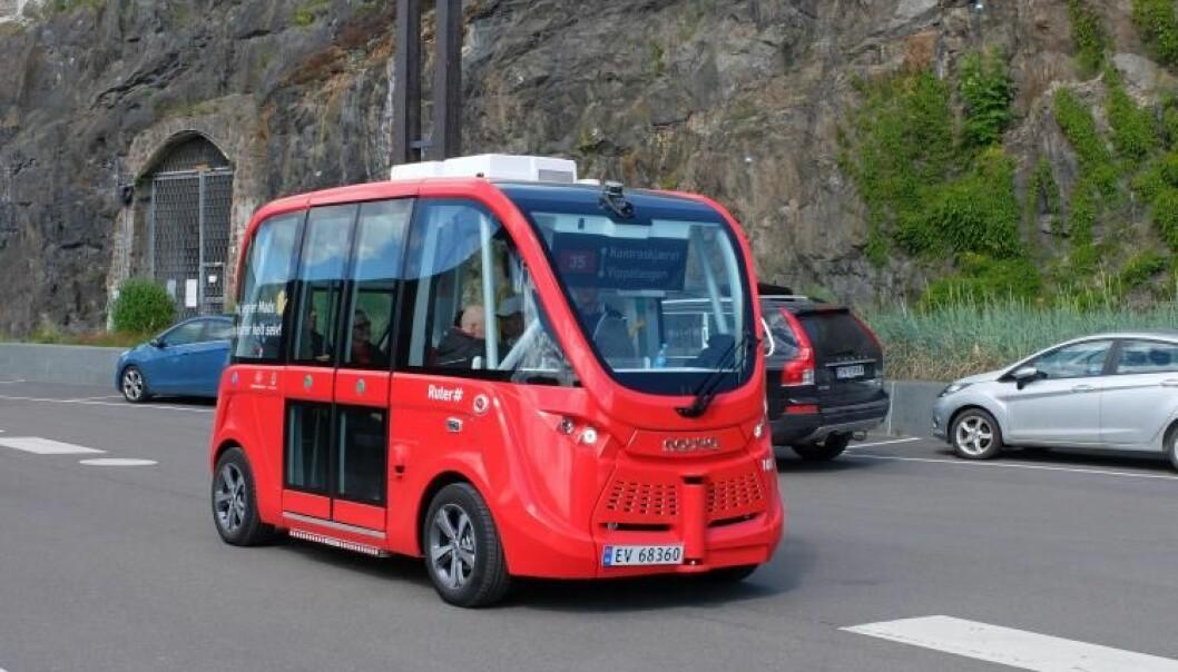 Den førerløse bussen Mads kjører uten sjåfør langs havnepromenaden i Oslo, fra Vippetangen til Kontraskjæret. Bussen er et eksempel på kunstig intelligens som funker, men det er ikke bestandig teknologien gjør som vi vil. (Foto: Eivind Torgersen/UiO)
