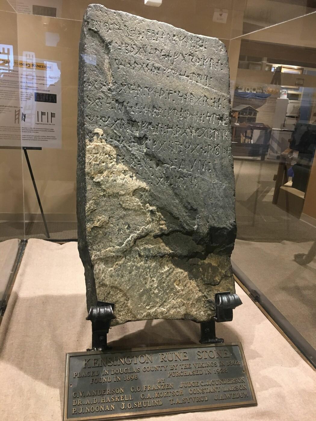 Kensington-steinen er utstilt på museum i Alexandria, Minnesota, USA. Den veier 92 kilo og har runer foran og på sidene. (Foto: Mauricio Valle, Wikimedia, Attribution-ShareAlike 4.0 International (CC BY-SA 4.0))