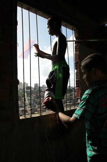 En av de vanligste hobbyene til barn i favelaene er drager og dragekamp fra hustak og vinduer. (Foto: Marit Ursin, NTNU)