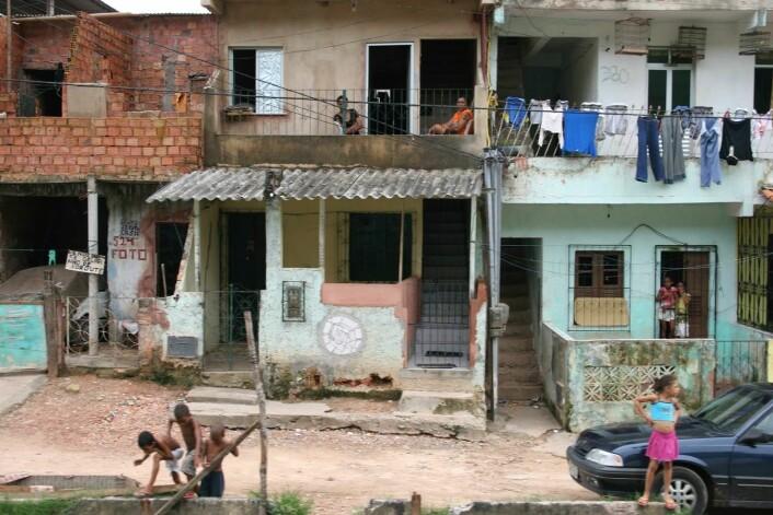 Favelaene har tradisjonelt vært preget av yrende folkeliv. Foreldres frykt for den narkotikarelaterte volden innskrenker barnas frihet, og tømmer gatene på kveldstid. (Foto: Marit Ursin, NTNU)