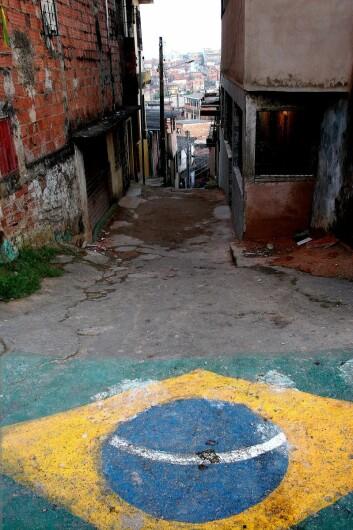 Millioner av barn vokser opp i favelaer i Brasil. Til tross for at den materielle levestandarden har gått opp i de fleste hushold, sliter nabolagene med problemer, som rusmisbruk, kriminalitet og vold. (Foto: Marit Ursin, NTNU)