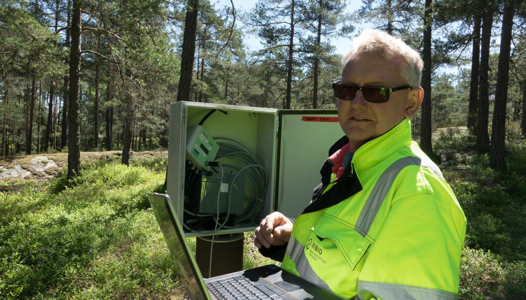 Øistein Johansen sjekker en av boksene som passer vannstanden for grunnvann og overflatevann i forbindelse med byggingen av Follobanen. (Foto: Siri Elise Dybdal)