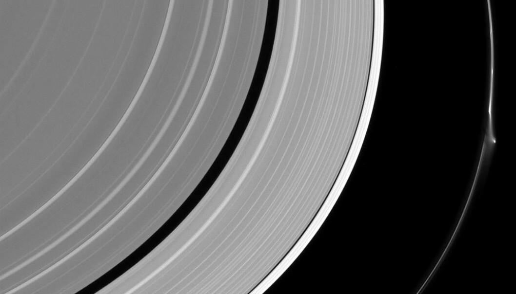"""En tydelig forstyrrelse av den ytterste F-ringen gjorde at den ble """"smurt"""" utover. (Bilde: NASA)"""