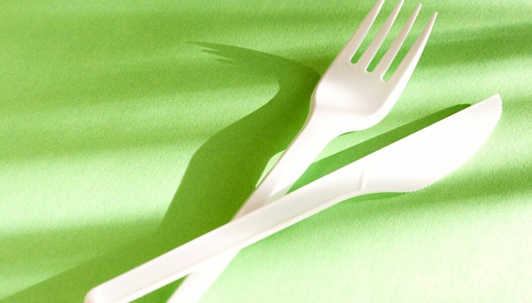 Forskere prøver å lage engangsbestikk som er mer miljøvennig og grønnere enn denne kiven og gaffelen. (Illustrasjonsfoto: Colourbox)