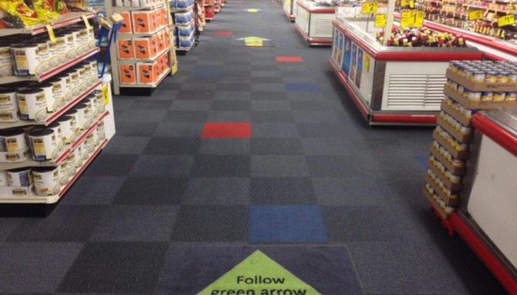 To identiske butikker var med i studien i Philadelphia. Den ene butikken ble utstyrt med klistremerker på gulvet som førte mot frukt- og grønnsakshyllene. Her kjøpte forbrukerne mer sunne matvarer, mens omsetningen i andre butikken holdt seg som før. (Foto: Journal of Nutrition Education and Behavior)