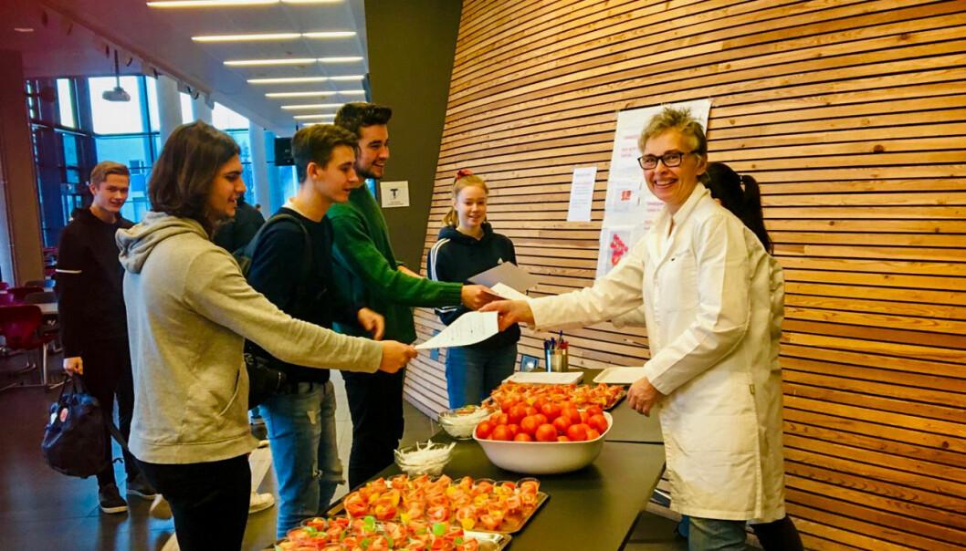 Tomattest: Nofima-forsker Jorunn Sofie Hansen (t.h.) mottar besvarelser fra elever ved Vågen vgs. Kantina deres var én av fem som deltok i omfattende forbrukerundersøkelse om norsk og utenlandsk tomat. (Foto: Nofima).
