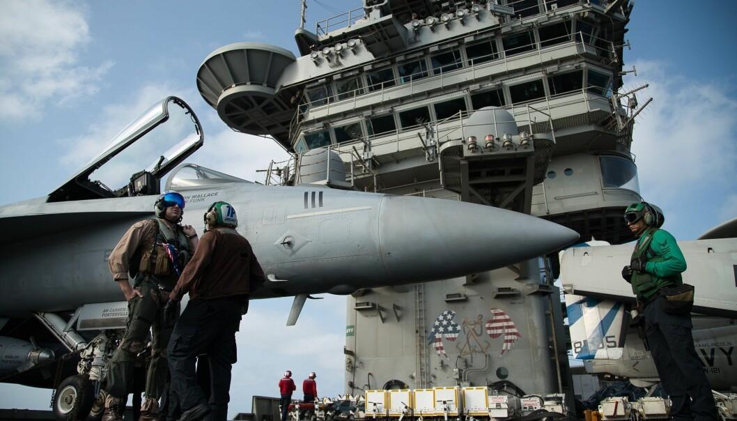 USA og Russland kvitter seg med gamle og ubrukelige atomstridshoder, men utvikler samtidig nye. Dette bildet er fra det amerikanske hangarskipet USS Abraham Lincoln, som angivelig har atomvåpen om bord. (Foto: AP / NTB scanpix)