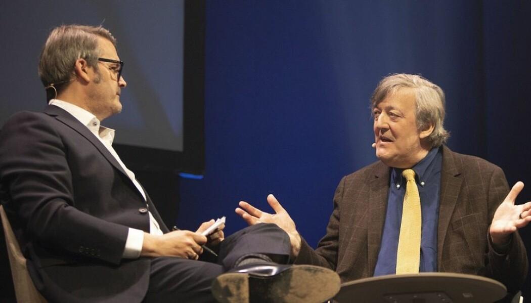 Thomas Seltzer og Stephen Fry snakket om sannhet, løgner og alt imellom under festivalen The Big Challenge mandag. (Foto: Thor Nielsen, NTNU)