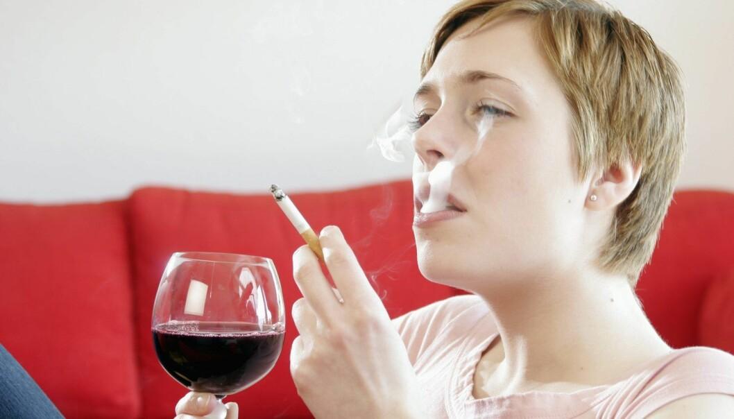 Røykere som prøver å slutte, drikker også mindre alkohol. Men det er ikke godt å si hva som er årsak og virkning.  (Foto: Mike Schröder/Argus/Samfoto)