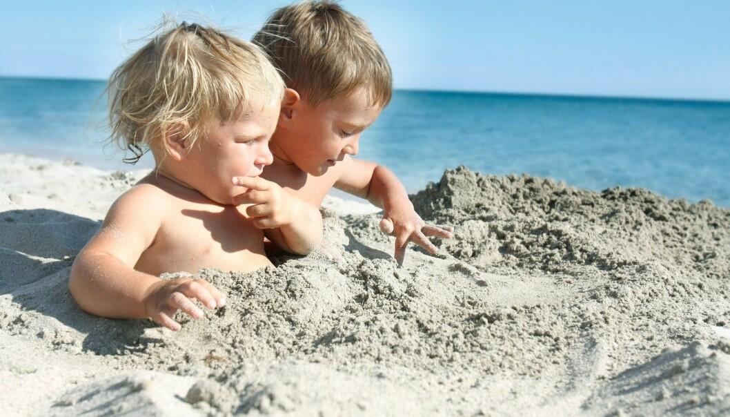 – Små barn er mest utsatt for sandbakteriene fordi sanden har en tendens til å havne i munnen deres. Dessuten er det en opphopning av bakterier i vannkanten, ifølge vannekspert ved Folkehelseinstituttet. (Elena Yakusheva / Shutterstock / NTB scanpix)