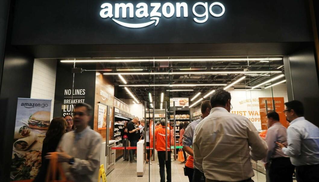 Hos Amazon Go finnes det ingen kasser. Alt du tar med deg blir automatisk registrert på handlekontoen din. Denne butikken åpnet i New York i mai. Så langt finnes det 12 slike kasseløse butikker i USA, og Amazon har planer om flere. Dette er et eksempel på digitalisering av varehandelen som vi kan se mer av fremtiden. (Foto: Spencer Platt/Getty Images/AFP)