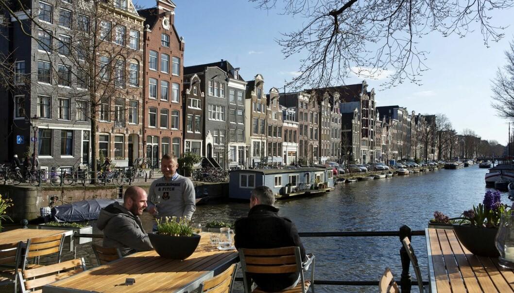 Det er uvisst hvor høye disse mennene i Amsterdam er, men nederlandske menn kommer øverst på listen over gjennomsnittshøyde blant alle verdens nasjonaliteter.  (Arkivfoto: Michael Kooren / Reuters / NTB scanpix)