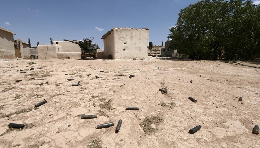 Tomme patronhylser utenfor den syriske byen Manbij, hvor det har vært harde kamper mellom IS og USA-støttede opprørere.  (Foto: Rodi Said / Reuters / NTB scanpix)