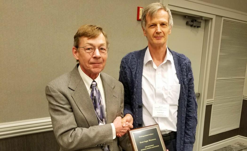 Professor Knut Ingar Westeren (til høyre) er aller første nordmann som får utmerkelsen Distinguished Fellow of the MCRSA. Her sammen med John Leatherman, daglig leder i organisasjonen. (Foto: Matt Kures).