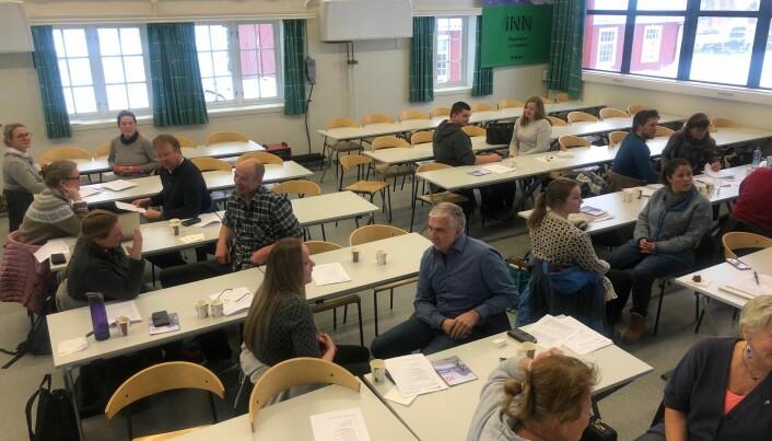 Her er nye mentorer og elever samlet i lokalene til Høgskolen i Innlandet på Blæstad ved Hamar. Eplebonden Knut Braastad har en samtale med en elev på nest bakerste benk til venstre. (Foto: Windy Kester Moe).