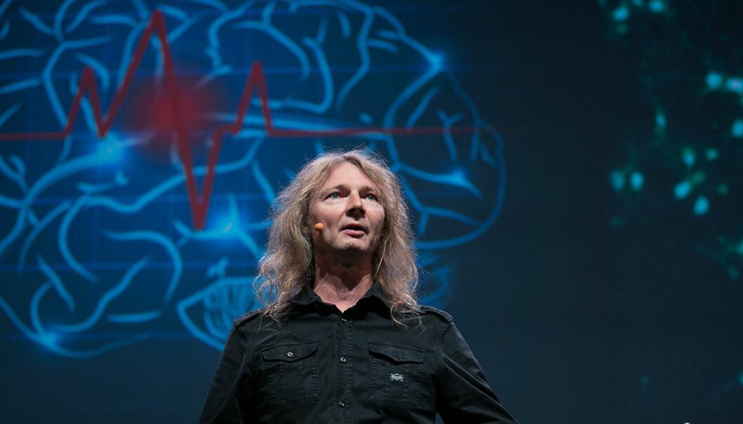 En engasjert Gunnar Tufte dro publikum med på gjennom en spennende reise i hvordan fremtidens datamaskiner kan bli. Inspirasjonen til den nye teknologien er hentet fra hvordan menneskehjernen er bygd opp og fungerer. (Foto: Gemini.no)