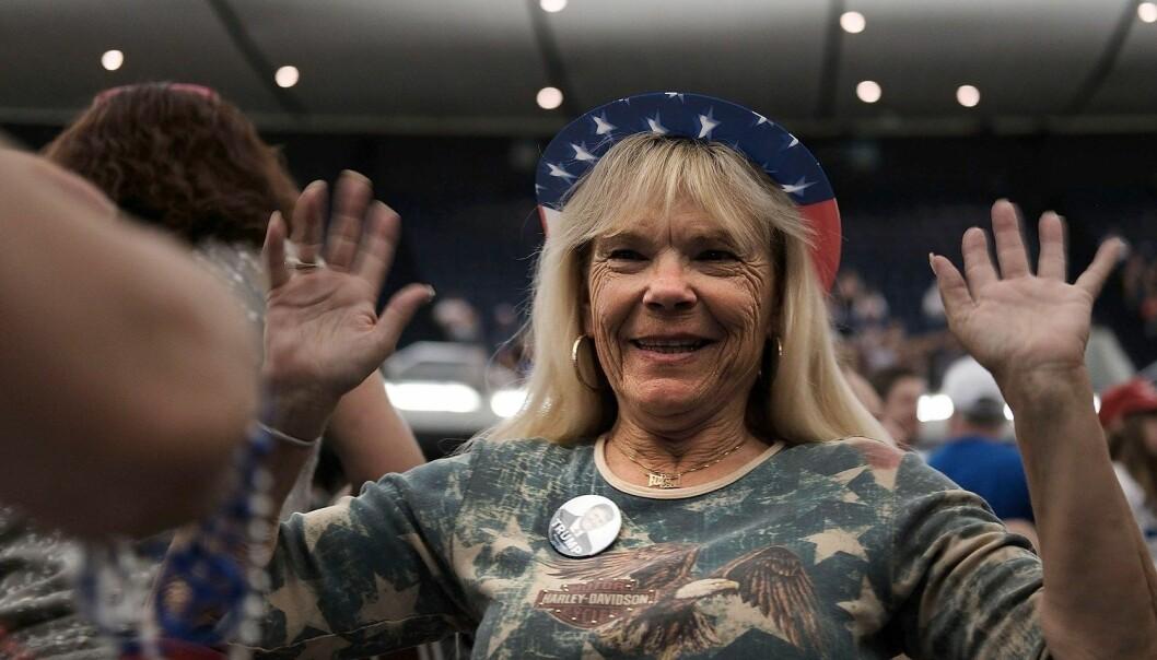 En Donald Trump-tilhenger venter på ham i Anaheim i California. Trumps seier i nominasjonsvalget har vist hvor splittet de amerikanske republikanerne er.  (Foto: Spencer Platt/AFP/NTB scanpix)