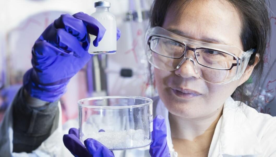 Forsker Juan Yang håper gel-klumpen i flasken vil bidra til økt oljeutvinning. Skåla til høyre rommer ett av råstoffene: milliarder av ørsmå partikler, her oppkonsentrert fra væsken de er født i.     (Foto: Werner Juvik / SINTEF)