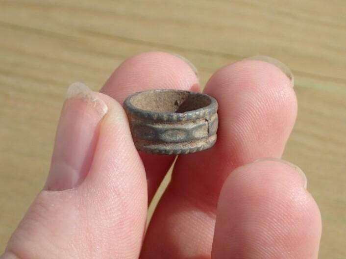En liten ring med dekor, alt for liten til å være fingerring Foto: Marte Mokkelbost, NTNU Vitenskapsmuseet