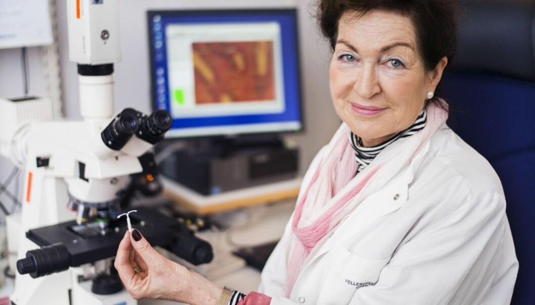 En slik liten hormonspiral forhindrer og stanser utviklingen av livmorkreft. Forsker Anne Ørbo ønsker at alle kvinner etter fylte 45 år tar spiralen i bruk. Hun presiserer at forskningen hennes er uavhengig og ikke er sponset av noen legemiddelprodusent.  (Foto: Adnan Icagic)