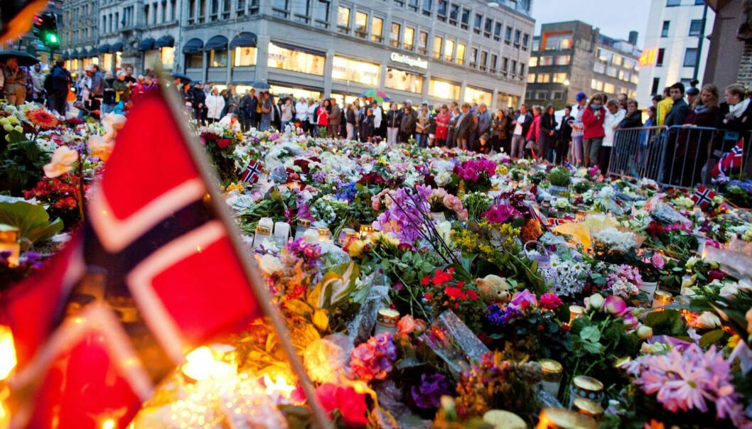Roser, kjærlighet, fellesskap, samhold og solidaritet – men ikke noe om bakgrunnen for det som skjedde. Det er felles både for meldingene på minnestedene etter terroren 22. juli 2011 og for måten skolen har taklet det på i ettertid. (Foto: Sara Johannessen, VG/Scanpix)