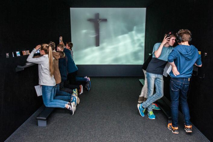 Museene henter oftere inn kunstnere til samarbeid om utstillingene. Lydkunstner og i Perspektivet Museum i Tromsø. (Foto: Mari Hildung/Perspektivet Museum)