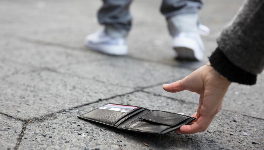 Ville du levert tilbake en lommebok noen har mistet på gata? Sju-åtte av ti ansatte i norske resepsjoner gjør det. (Foto: Shutterstock/NTB scanpix)