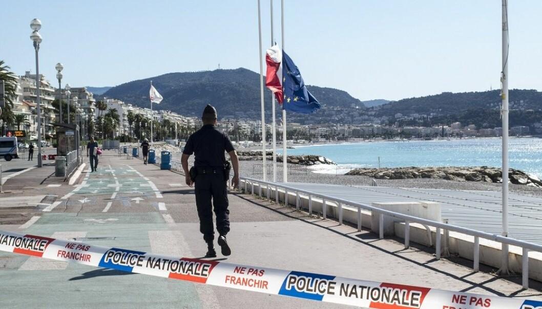 Folketom strand, politisperringer og flagg på halv stang langs Promenade des Anglais i Nice fredag morgen, dagen etter at mer enn 80 mennesker ble drept da en lastebil kjørte inn i en menneskemengde som var samlet i gaten i anledning feiringen av den franske nasjonaldagen. (Foto: Paul Kleiven / NTB scanpix)