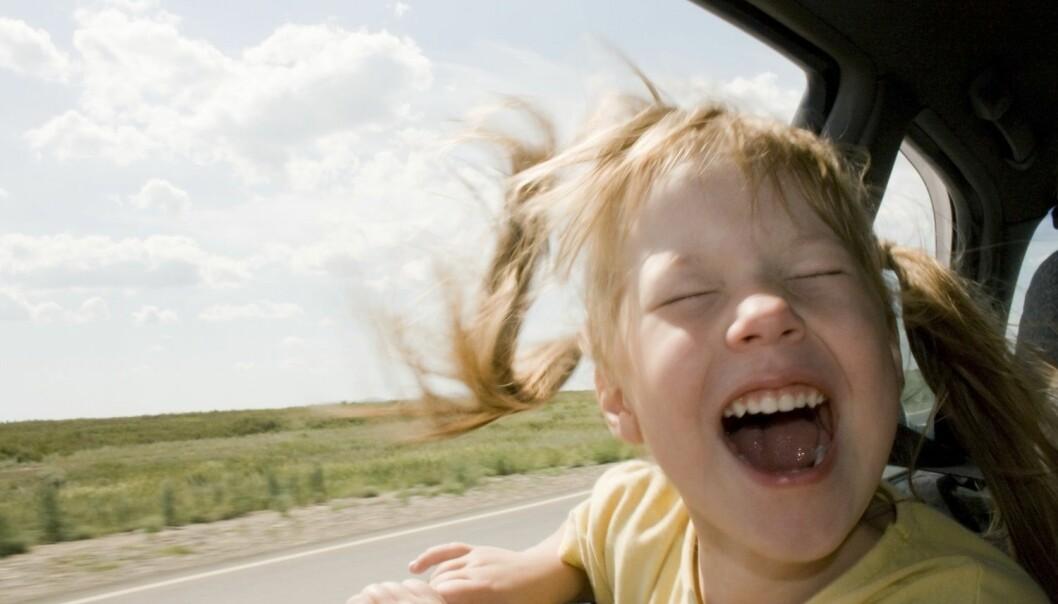 Bilsyke kan ramme mennesker i alle aldre, men mellom to og 14 år er barn mer følsomme enn voksne. Denne jenta nyter tydeligvis et ikke-kvalmt øyeblikk i bilen. (Foto: Shutterstock /NTB Scanpix)